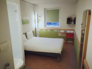 A bed or beds in a room at ibis budget Hamburg City