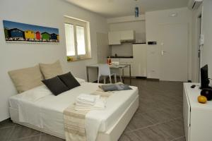 A bed or beds in a room at MARIMAR - Apartments OTRANTO