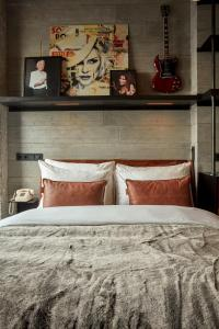 A bed or beds in a room at Sir Adam Hotel