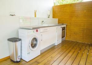 A kitchen or kitchenette at Gîte Hibiscus Destrellan