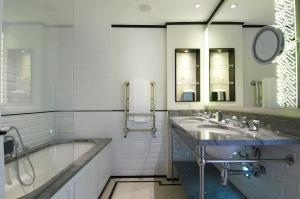 A kitchen or kitchenette at The Waldorf Hilton