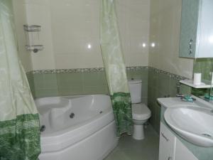 Um banheiro em Bank Respublika Apartment