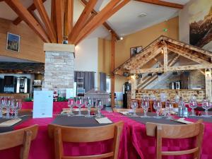 Restaurant ou autre lieu de restauration dans l'établissement Hôtel Les Écrins
