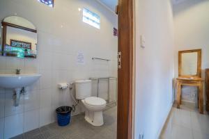 A bathroom at Baba Homestay