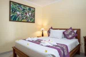 A bed or beds in a room at Buana Home Stay by Suka Hospitality