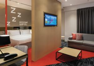A television and/or entertainment centre at Studio M Arabian Plaza Hotel & Hotel Apartments by Millennium
