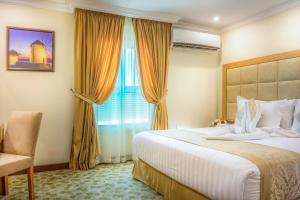 Cama ou camas em um quarto em Almuhaidb Residence Al Jubail