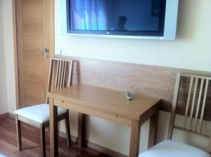 A television and/or entertainment center at Hostal Madrid Paris