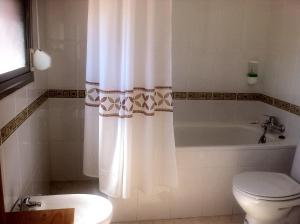 A bathroom at Hostal Madrid Paris