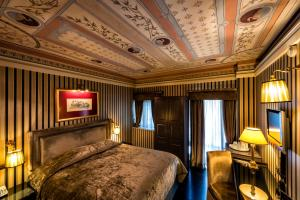 A bed or beds in a room at Maison Grecque Hotel Extraordinaire
