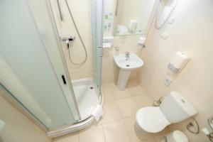 A bathroom at Reikartz Kropivnytskiy Hotel