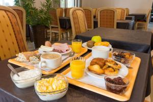 Breakfast options available to guests at Hôtel Arcole, Nancy Sud
