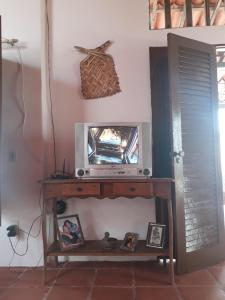 A television and/or entertainment center at Casa Cabuçu Beat
