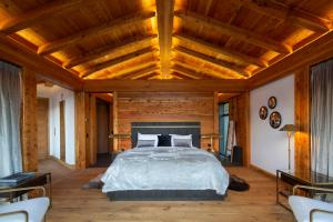 A bed or beds in a room at Chalet New Zermatt