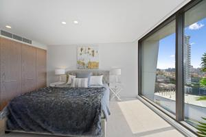 A bed or beds in a room at Luxurious Harbour Bridge and Opera House Views apt