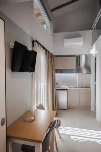 Μια τηλεόραση ή/και κέντρο ψυχαγωγίας στο Stylish Studio Apartment - 8F House