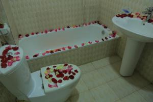 A bathroom at Avi Pension