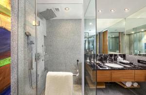 A bathroom at DoubleTree by Hilton Ahmedabad