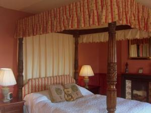 A bed or beds in a room at The Hunters Rest Inn
