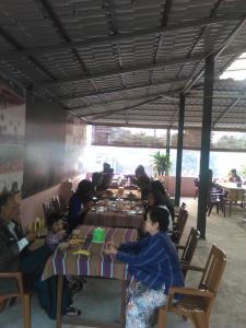 Ein Restaurant oder anderes Speiselokal in der Unterkunft Pyinsa Rupa Guest House