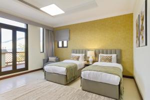 A bed or beds in a room at Bespoke Residences - Frond A, 4 Bedroom Luxury Villa in The Palm
