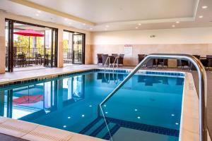 Piscina en o cerca de Comfort Inn & Suites Niagara Falls Blvd USA