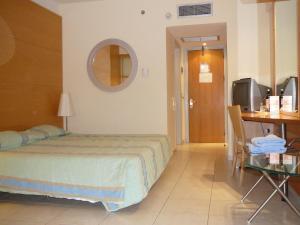 Łóżko lub łóżka w pokoju w obiekcie Calypso Beach