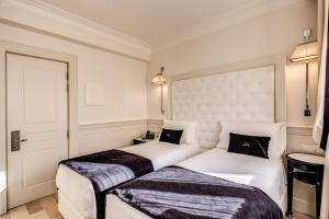 A bed or beds in a room at Hotel Domus Mea