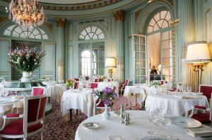 A restaurant or other place to eat at Château D'artigny