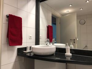 A bathroom at Amadeo