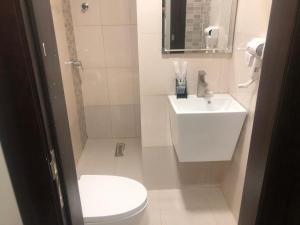 Um banheiro em Vision of Onaizah Furnished Units