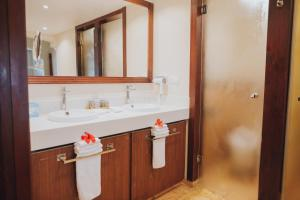 A bathroom at Majestic Colonial Punta Cana - All Inclusive