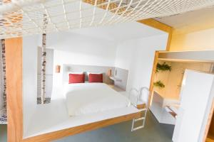 A bed or beds in a room at Volkshotel