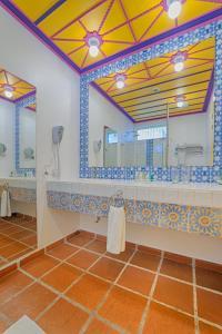 A bathroom at Hotel Mocawa Resort
