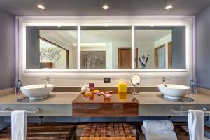 A bathroom at Planet Hollywood Costa Rica, An Autograph Collection All-Inclusive Resort