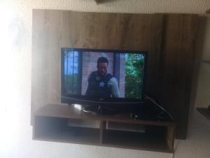 A television and/or entertainment center at Paraiso em Iheus