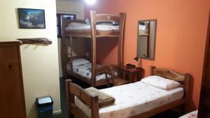 Uma ou mais camas em beliche em um quarto em Pousada Tatu Feliz