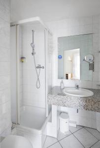 A bathroom at Hotel Moerser Hof
