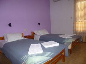En eller flere senger på et rom på Irini Studios
