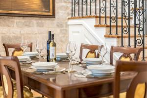 A restaurant or other place to eat at Villa Nepos Hotel