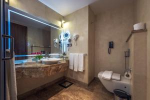 Um banheiro em Rua Al Madinah Hotel