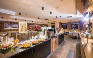 A restaurant or other place to eat at Alpenhof Hotel Garni Suprême