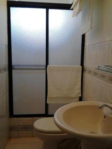 A bathroom at Suites La Rosa