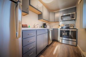 A kitchen or kitchenette at Sun & Ski Inn and Suites