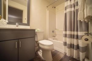 A bathroom at Sun & Ski Inn and Suites