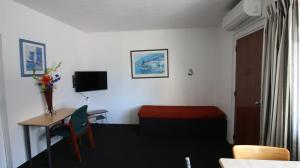 A seating area at Achilles Motel
