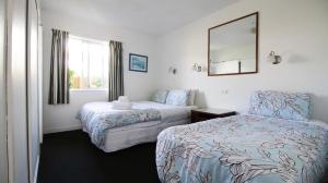 A bed or beds in a room at Achilles Motel