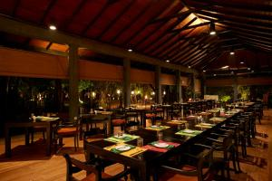 A restaurant or other place to eat at Hotel Sigiriya