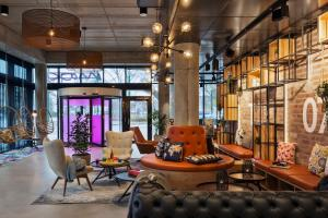 The lobby or reception area at Moxy Duesseldorf South