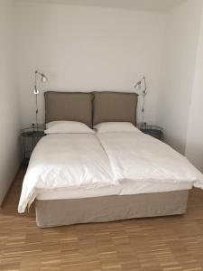 A bed or beds in a room at Achtzimmer
